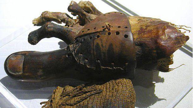 Dedo protésico de madera y cuero