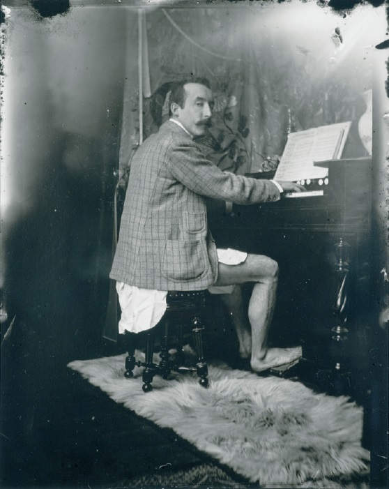 Paul Gauguin tocando el armonio. 14