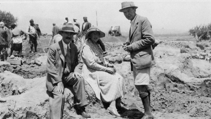Agatha excavando con su marido