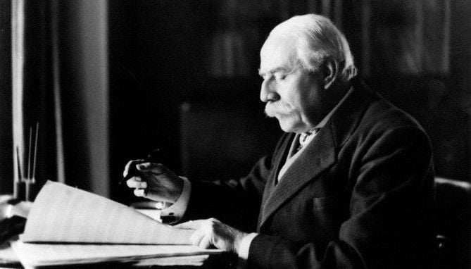 El compositor Edward Elgar (1857-1934)
