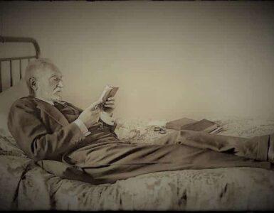 Cándido ANSEDE. Miguel de Unamuno leyendo en su casa de la calle de Bordadores. Salamanca, 1925. (Archivo Ansede. Ayuntamiento de Salamanca. Filmoteca de Castilla y León).